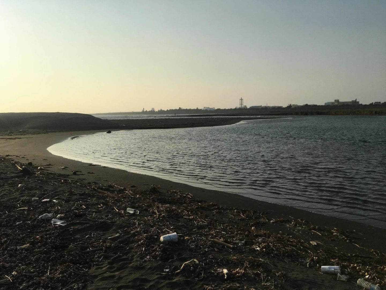 湧升流環境教育淨灘拍攝高雄充滿垃圾的海岸。
